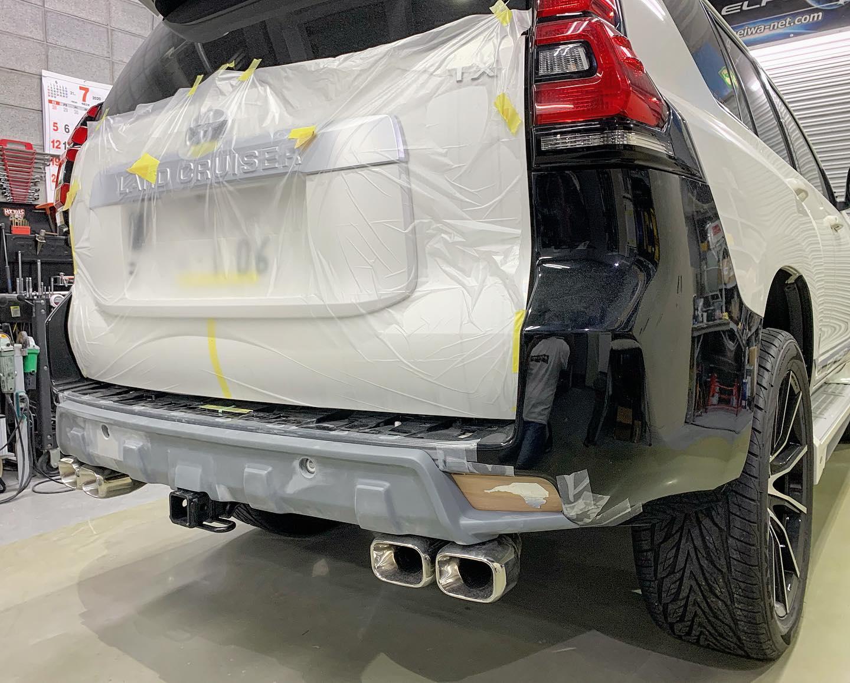 150プラドで取付け時に純正バンパーの加工が必要となるトヨタ純正ヒッチのバンパー加工部を綺麗に隠しつつ オフテイストのデザインを与える事が可能な「リアバランスパネル」  発売当初は後期用のみの設定でしたが、現在 前/中期用 を開発中です。☆画像は後期車に中期純正リアバンパー  を装着して造形中。来月 群馬県 ビエント高崎 にて行われる 群馬パーツショー2020 にてユーザーカーにマスターモデルを装着し皆様にお披露目します。発売スタートは9月の予定。お楽しみに。。(◡̈)/※コロナ禍の影響によりイベント自体が中止になる  場合がありますので予め主催者HPをご確認ください。#Elford #landcrulser #toyota #lexus #prado #lx #lx570 #gx #lc #lc200 #suv #4wd #parada #エルフォード #ランクル #レクサス #トヨタ #プラド150 #ランクル200 #ソニックアート #セレスティアル #軽量