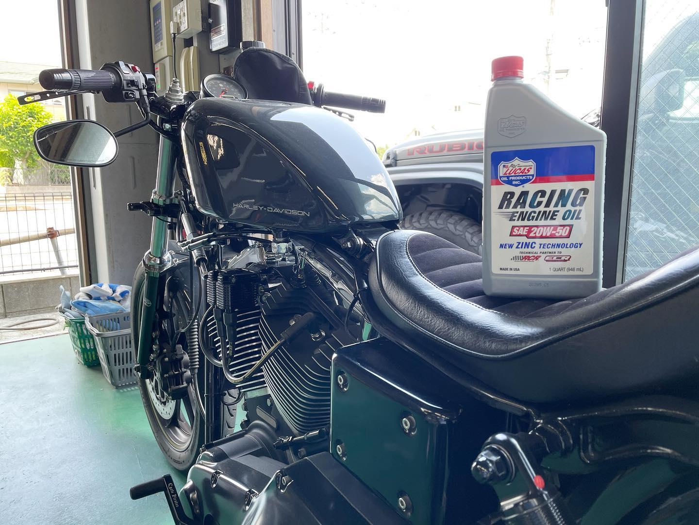 毎週会社に押し売りに来る移動工具屋の推しもあってバイクのエンジンオイルはずっとLUCAS。先週またも押し売りにあって初めてこいつに亜鉛入りエンジンオイルをチョイス。古いエンジンとの相性抜群との事だけど... 2001年は古いか??🤣#harleydavidsonmotorcycles #fxdl #ダイナ #ローライダー #01年式 #TC88 #クラムジー #ハイカム #ギアカム化 #97ボアアップ #FCR #VPクラッチ #チェーンドライブ #トマゼリセパハン #Brembo #サンダンスホイール #スイングアーム #ハーレーカスタム #ルーカスオイル